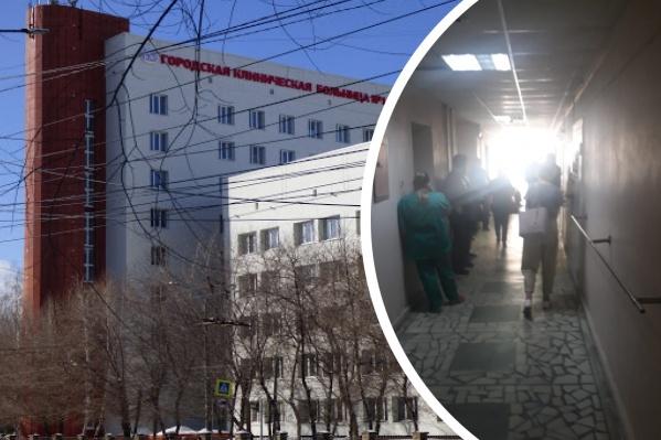 """Очереди выстроились перед прививочным кабинетом городской больницы <nobr class=""""_"""">№ 1</nobr>"""