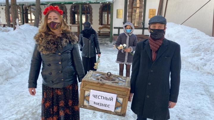 В Уфе общественники «похоронили» честный бизнес, процессию сняли на видео