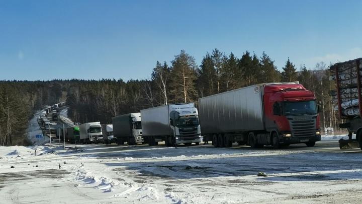 Трасса М-5 в Челябинской области встала в пробке из-за гололеда