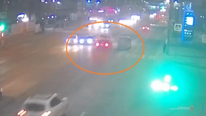 «За телефоном нагнулся»: в Волгограде водитель без прав устроил массовое ДТП на светофоре