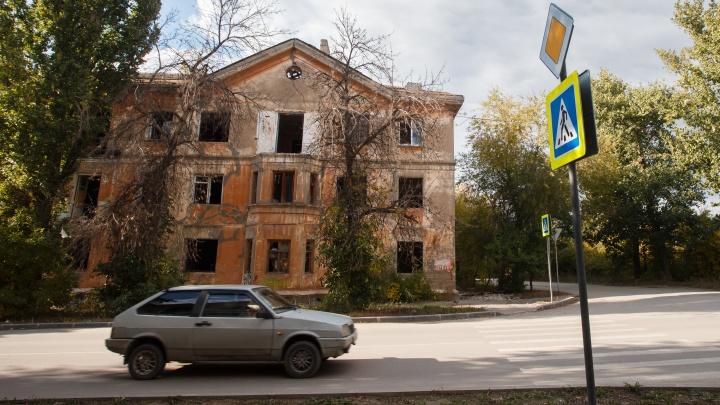«Они ждут своих новых жертв?»: жуткий фоторепортаж из домов-призраков на юге Волгограда