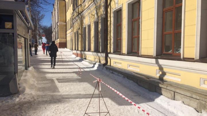 В центре Уфы женщину завалило снегом с крыши