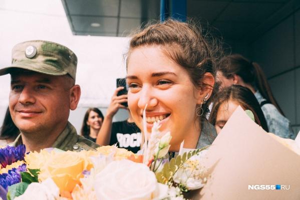 В аэропорту омичку встречали с цветами и подарками
