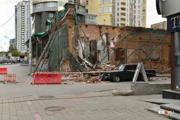 Здание обрушилось на машину