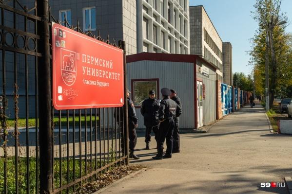 Возле кампуса Пермского госуниверситета до сих пор дежурит полиция