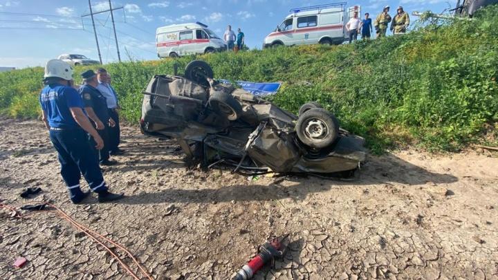 В Ростовской области Volkswagen Touareg на скорости влетел в такси — его водитель погиб