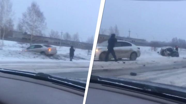На повороте к ТЭЦ-6 произошла массовая авария с пострадавшими: столкнулись три машины и фура