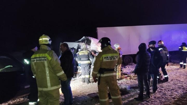 12 погибли: в Самарской области столкнулись грузовик, легковушка и микроавтобус