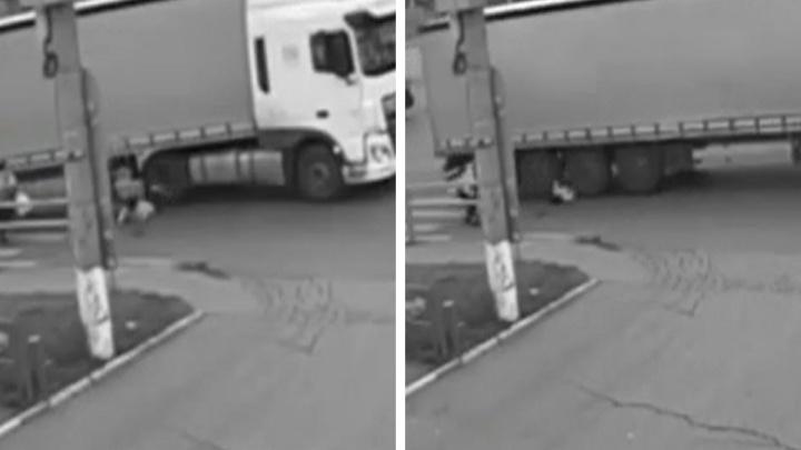 Побежала вперед: появилось видео момента наезда грузовика на девочку (18+)