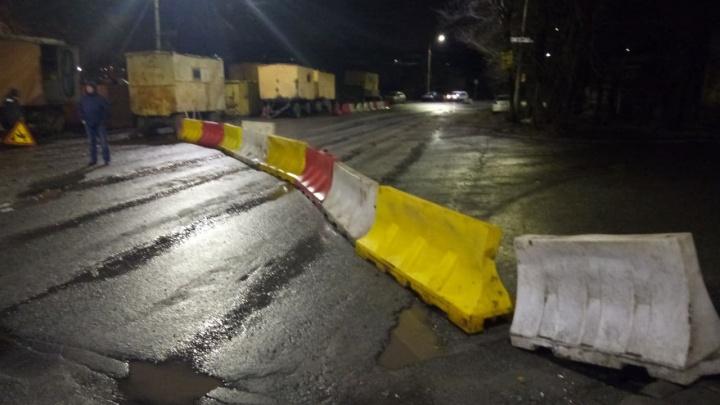 Из-за провала грунта на Северо-Западе Челябинска перекрыли дорогу