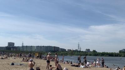 На пляж Сургута доставили машину для просеивания песка. Центр отдыха откроется через 10 дней