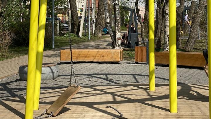 «Удар смягчили доски»: в Молодежном сквере в Архангельске сломались качели, когда на них был ребенок