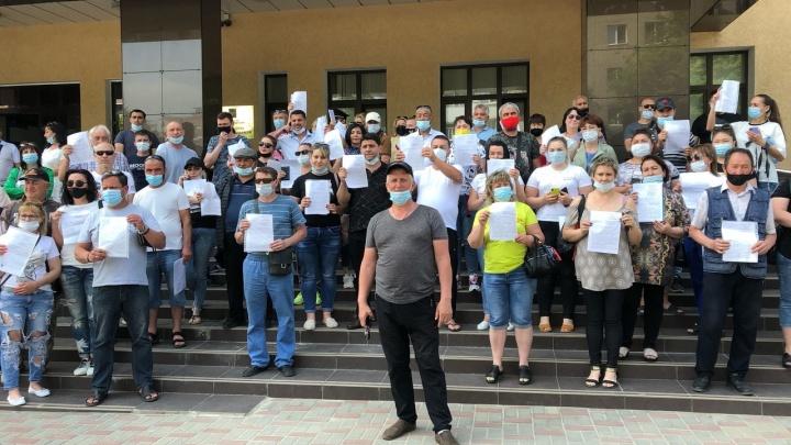 Десятки предпринимателей с закрытых под Ростовом рынков осадили прокуратуру области