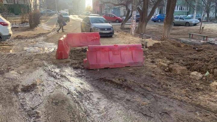 «Не двор, а грязное месиво»: в Волгограде жители микрорайона требуют нормальной работы от «Концессий водоснабжения»