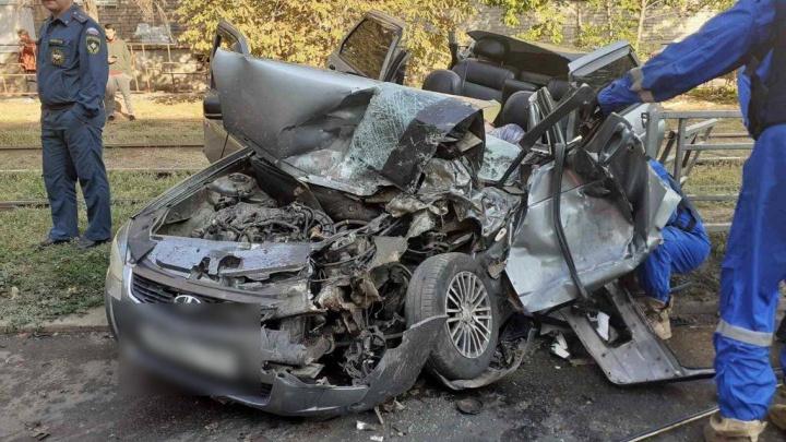 От удара оторвало крышу: в Самаре столкнулись мусоровоз и легковушка