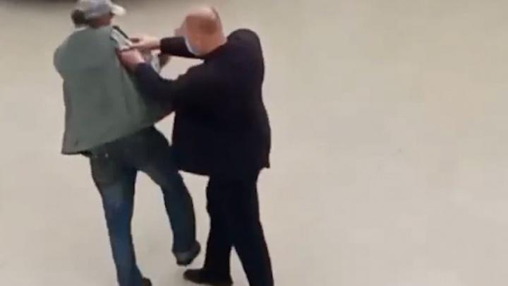 В Челябинской области заявили в полицию на охранника ТРК, повалившего на пол пенсионера
