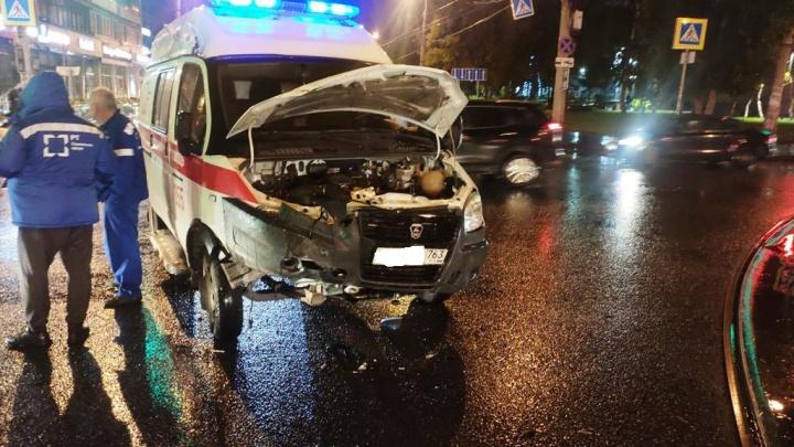«Ехала с включенной сиреной»: в Самаре в районе ТЦ «Аквариум» столкнулись скорая и легковушка