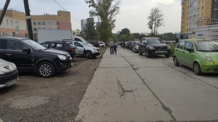 Екатеринбуржцы потребовали отремонтировать «дорогу для танков», по которой дети ходят в школу