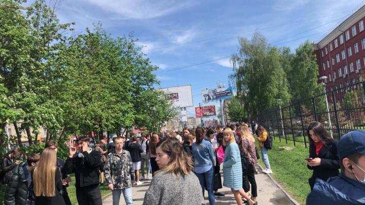 «Эвакуировали из всех корпусов»: из НГТУ вывели студентов