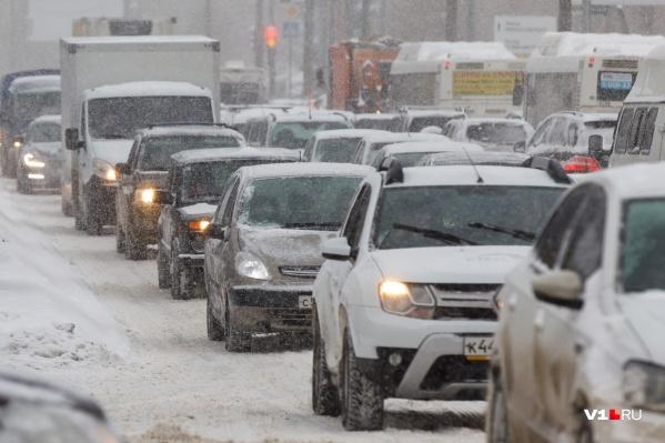 Аномальный снегопад вызвал в Волгограде аномальные пробки<br>