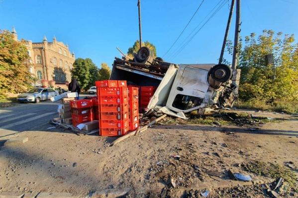 Из грузовика на дорогу высыпался груз