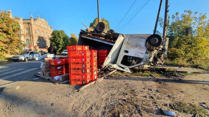Перевернулся на крышу: в Самаре грузовик протаранил Chevrolet