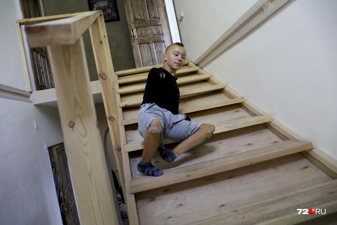 Дом Денисовых совсем недавно достроен. Еще не всё успели доделать, но лестница уже есть