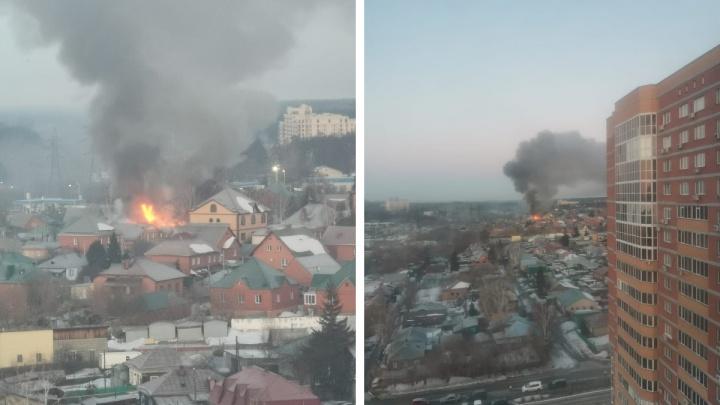 «Огонь может перекинуться на соседей»: в районе элитных коттеджей загорелся дом— из пожара спасли двух детей