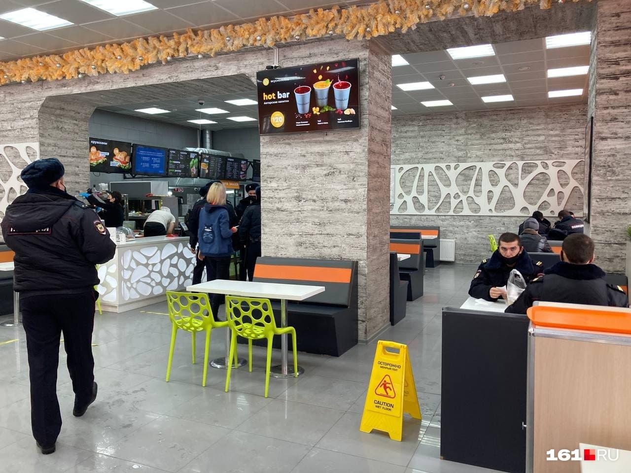 Полицейские греются и завтракают в ожидании протестующих