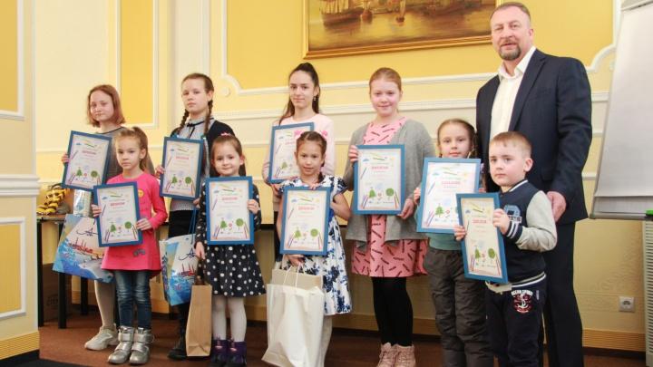 «Природу нельзя обижать»: лесопромышленники наградили юных художников, победивших в конкурсе рисунков