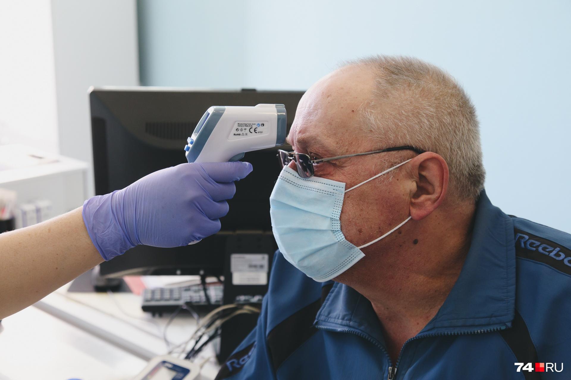 Перед прививкой — медицинский осмотр: если есть повышенная температура или симптомы заболевания, человека вакцинировать не станут