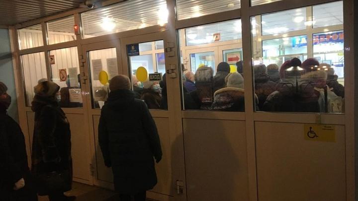 «Случай далеко не разовый»: красноярцы устроили давку перед регистратурой поликлиники