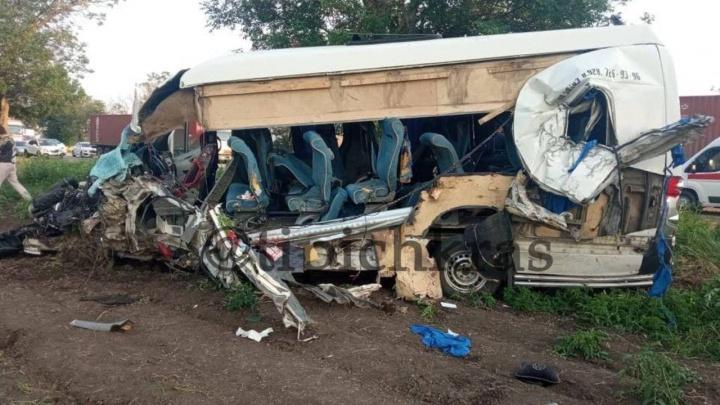 Женщина и двое детей погибли в лобовом столкновении пассажирского автобуса и грузовика на Кубани