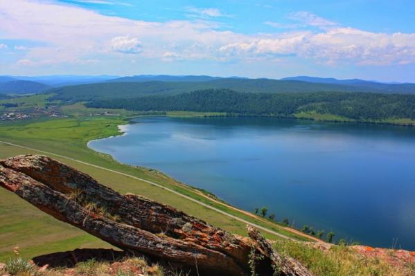 Озеро Большое за летний сезон посещают тысячи туристов