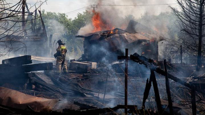 В Зареке горит частный дом. Густой дым окутал весь район