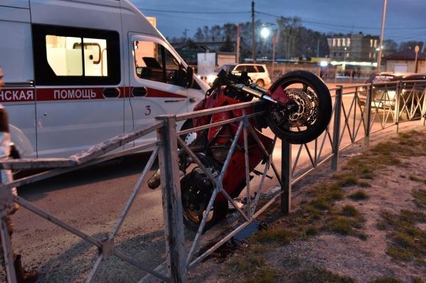 Мотоцикл повис на ограждении