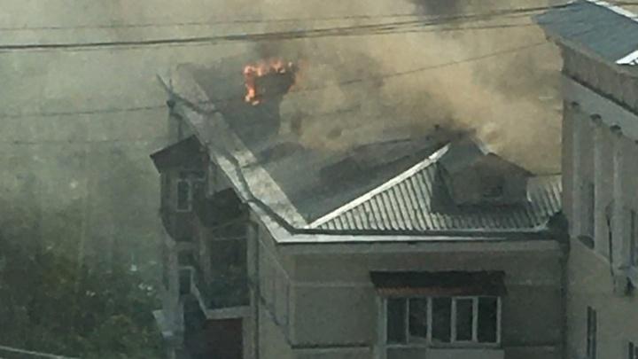 Серьезный пожар в Екатеринбурге: загорелась крыша сталинки на Шейнкмана