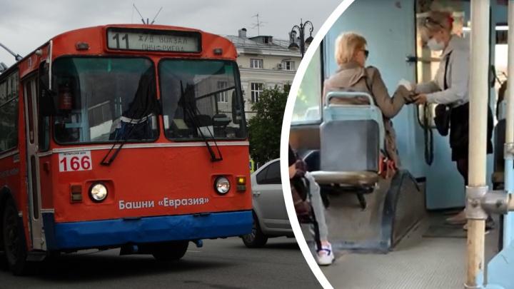 «ДТП — вопрос времени»: в Екатеринбурге водители бегают по салонам троллейбусов, собирая плату за проезд