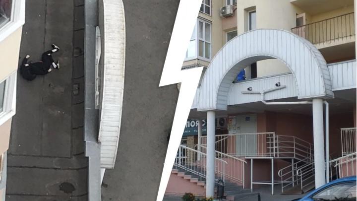 «Лежит уже четыре часа». В Екатеринбурге на козырьке дома нашли труп молодого парня