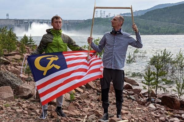 На фоне ГЭС и с флагом компартии США