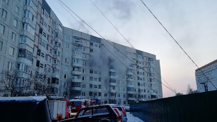 «Уже больше десятка человек вывели на улицу»: на Московском тракте тушат серьезный пожар