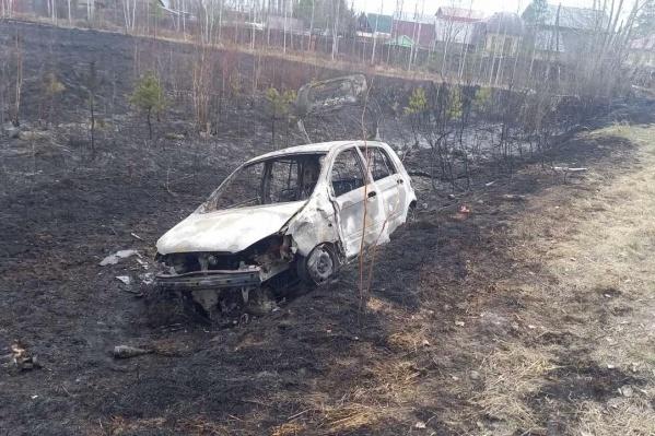 После аварии машина вылетела в кювет и загорелась