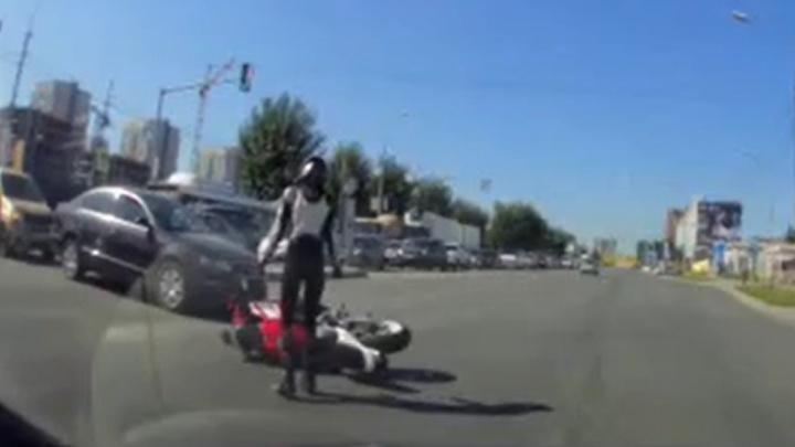 Девушка на мотоцикле пыталась объехать пробку по встречке, но ее сбил водитель легковушки. Кто виноват?