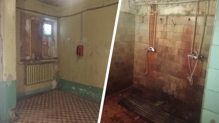 «Бомжи обосновались в душевой»: люди показали, как изнутри выглядит общежитие