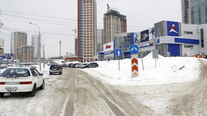 Место на Ипподромской, где водители плюют сразу на два правила, чтобы побыстрее попасть в магазин (схема)
