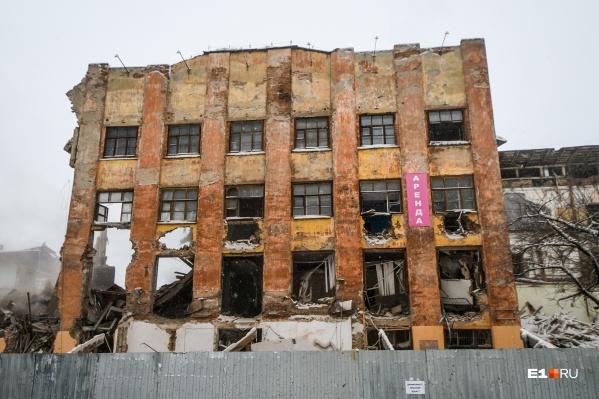Как и здание ПРОМЭКТа, профтехкомбинат сносили в спешке
