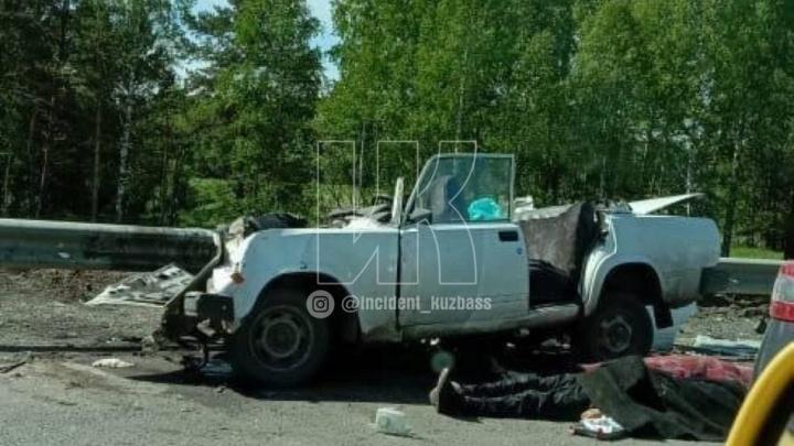 В Кузбассе произошло смертельное ДТП. У автомобиля оторвало крышу