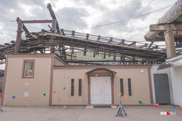 Конструкция упала на крышу этого здания. К счастью, никто не пострадал
