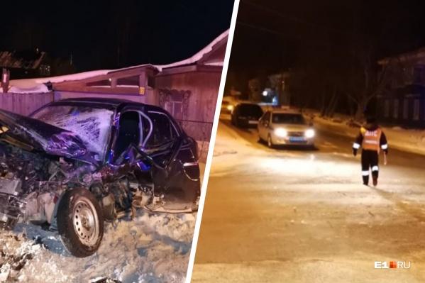 Полицейский за рулем служебного УАЗа, по данным источника E1.RU, получил закрытую черепно-мозговую травму, сотрясение и ушиб грудной клетки