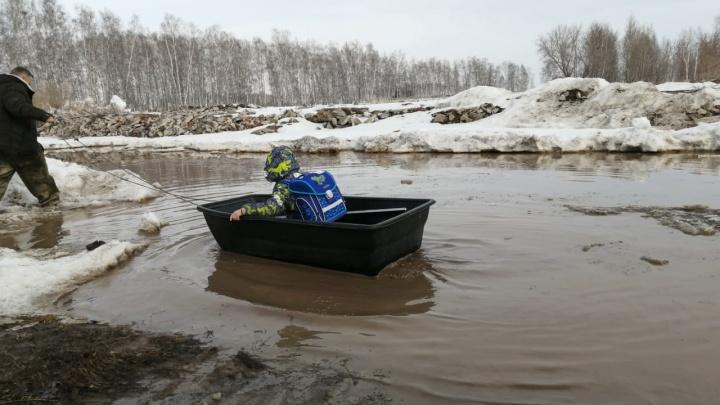 Жизнь в скотомогильнике. Сибиряк из района для многодетных показал, как его ребенок плавает в школу на лодке